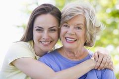 Zwei draußen lächelnde Frauen Stockfotografie