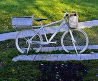 Zwei drehten weißes Fahrrad stockfoto