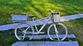 Zwei drehten weißes Fahrrad lizenzfreies stockbild