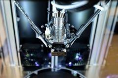 Zwei Drucker des Fadens 3D, der auf eine neue Aufgabe wartet Nachdrucktechnologie Stockfotografie
