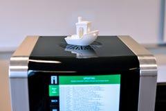 Zwei Drucker des Fadens 3D, der Software vom Internet aktualisiert Nachdrucktechnologie Stockbilder