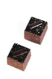 Zwei dunkle Schokoladenkuchen gegen weißen Hintergrund Stockbild