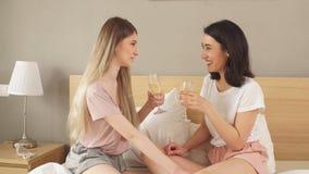 Zwei ehrfürchtige Mädchen, die ein Ereignis feiern stock video