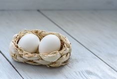 Zwei Eier in einem Korb Lizenzfreies Stockbild