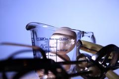 Zwei Eier im Cup getrennt mit blauem Hintergrund Stockfoto