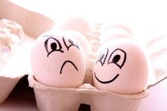 Zwei Eier mit Gesichtern Stockfoto