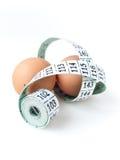 Zwei Eier mit messendem Band Stockfoto