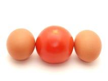 Zwei Eier und Tomate Stockbild