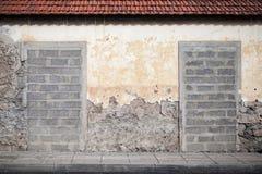 Zwei Eingänge in der alten Wand blockiert mit Beton Lizenzfreie Stockfotos