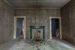 Zwei Eingänge in einem verlassenen Haus lizenzfreies stockfoto