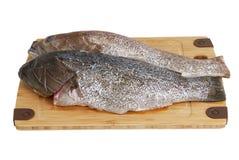 Zwei eingestufte Barschfische auf Bambusausschnittvorstand Stockfoto