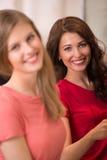 Zwei Einkaufskleidung der hübschen Frauen Stockfotos