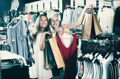 Zwei Einkaufskleidung der Mädchen Stockbilder