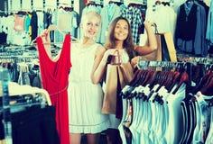Zwei Einkaufskleidung der Mädchen Lizenzfreies Stockbild