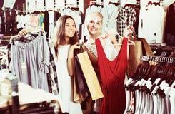 Zwei Einkaufskleidung der Mädchen Lizenzfreie Stockfotos