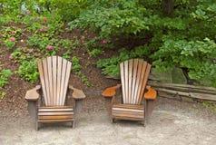 Zwei einladende hölzerne Gartenstühle Lizenzfreie Stockbilder