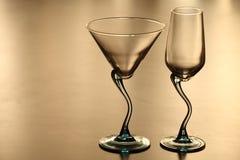 Zwei einsame Gläser in der Dämmerung Stockbilder