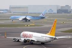 Zwei einzelne Boeing-Flugzeuge auf Schiphol-Flughafen stockfotos
