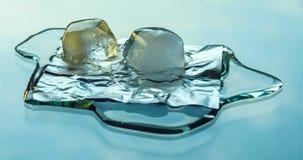 Zwei Eiswürfel, die auf der Glasoberfläche schmelzen stock video footage