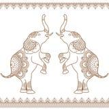 Zwei Elefanten, die oben mit nahtloser brauner Hennastrauchlinie Spitzensäume ethnisches mehndi in der indischen Hennastrauchart  stock abbildung