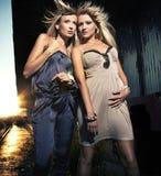 Zwei elegante blonde Damen Lizenzfreie Stockbilder