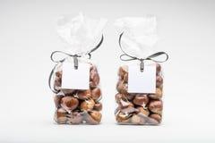 Zwei elegante Plastiktaschen von Edelkastanien für Geschenk Stockfoto