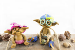 Zwei Elfen, die auf einem Holz sitzen stockfoto