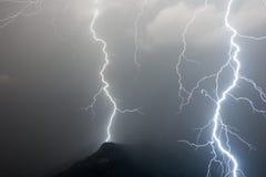 Zwei enorme Blitze Stockfotos