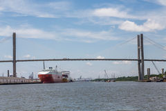 Zwei enorme Frachter in Savannah Harbor Stockfoto