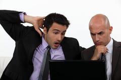 Zwei entsetzte Büroangestellte Stockbild