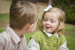 Zwei entzückende Kinder, die draußen spielen Stockfotografie