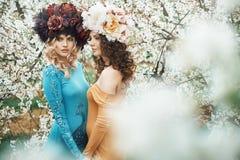 Zwei entzückende Nymphen im Obstgarten Lizenzfreies Stockbild