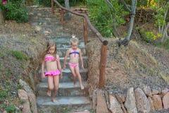 Zwei entzückende kleine Mädchen in den Badeanzügen während Lizenzfreie Stockfotografie