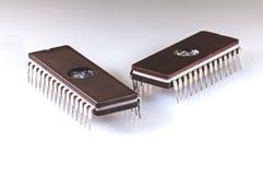 Zwei EPROM-Chips auf einem weißen Hintergrund Stockbilder
