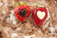Zwei Erdbeeren mit Inneren auf einer Schokoladenschicht lizenzfreies stockbild