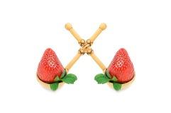 Zwei Erdbeeren sind in den zwei hölzernen Löffeln lizenzfreie stockbilder