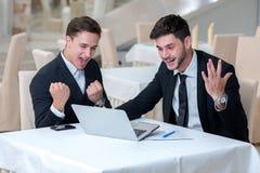 Zwei erfolgreiche Geschäftsmänner zeigen positive Gefühle Stockbilder