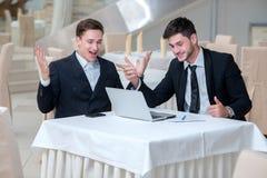 Zwei erfolgreiche Geschäftsmänner zeigen positive Gefühle Stockbild