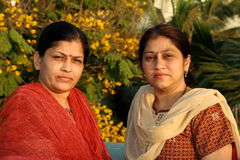 Zwei ernste Frauen Stockfoto