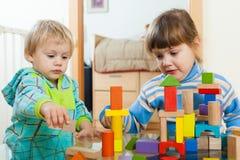 Zwei ernste Kinder im Haus Stockbild