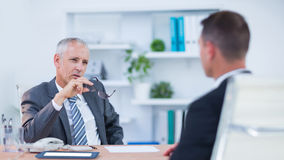 Zwei ernste sprechende und arbeitende Geschäftsmänner Lizenzfreies Stockfoto