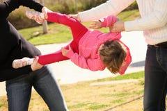 Zwei Erwachsene, die für ein Kind kämpfen Lizenzfreies Stockfoto