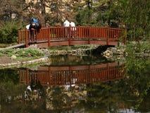 Zwei Erzeugungen auf kleiner Brücke Lizenzfreie Stockbilder