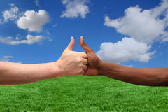 Zwei Ethnien, die über eine Idee sich einig sind lizenzfreies stockfoto