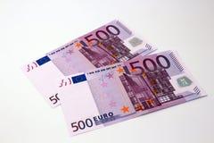 Zwei 500 Eurobanknotenstücke Stockfoto