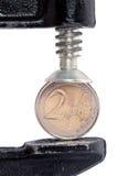Zwei-Euromünze drückte im Kolben zusammen Stockbilder