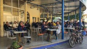 Zwei europäische Mädchen trinken Kaffee am Café des Mannes in Tunesien lizenzfreies stockfoto