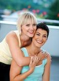 Zwei fällige Frauenfreunde Stockfoto