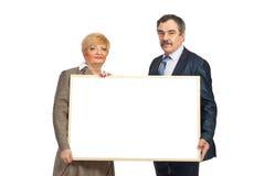 Zwei fällige Geschäftsleute halten unbelegte Fahne an Stockbild