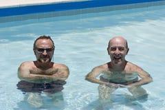 Zwei fällige Männer, die Pool enjoing sind Stockbild